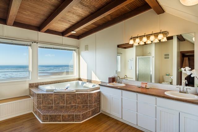 Beach House 380 bathroom