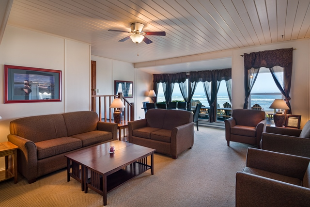 Beach House 388 livingroom 640x427